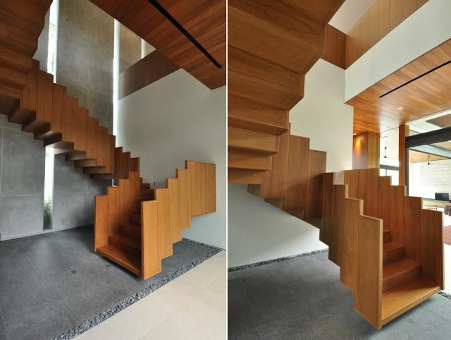 Una espectacular y arquitectónica escalera de teca.