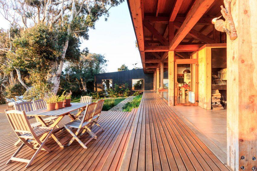 Vista de uno de los grandes porches, con los que cuenta la propiedad.