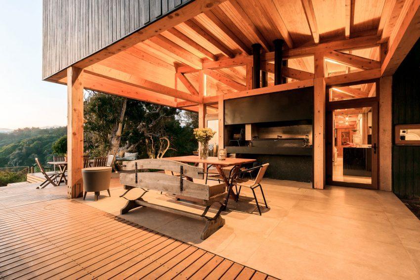 Un suelo de hormigón pulido bordeado por otro de cubierto con alargadas lamas de madera de ciprés.
