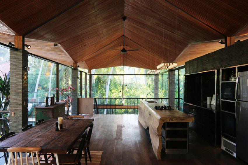 Una imagen global de la gran cocina, con un techo con interesantes formas.