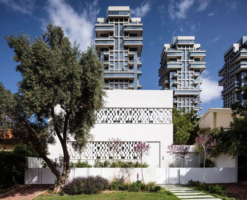 Una casa con forma cúbica en un blanco radiante.