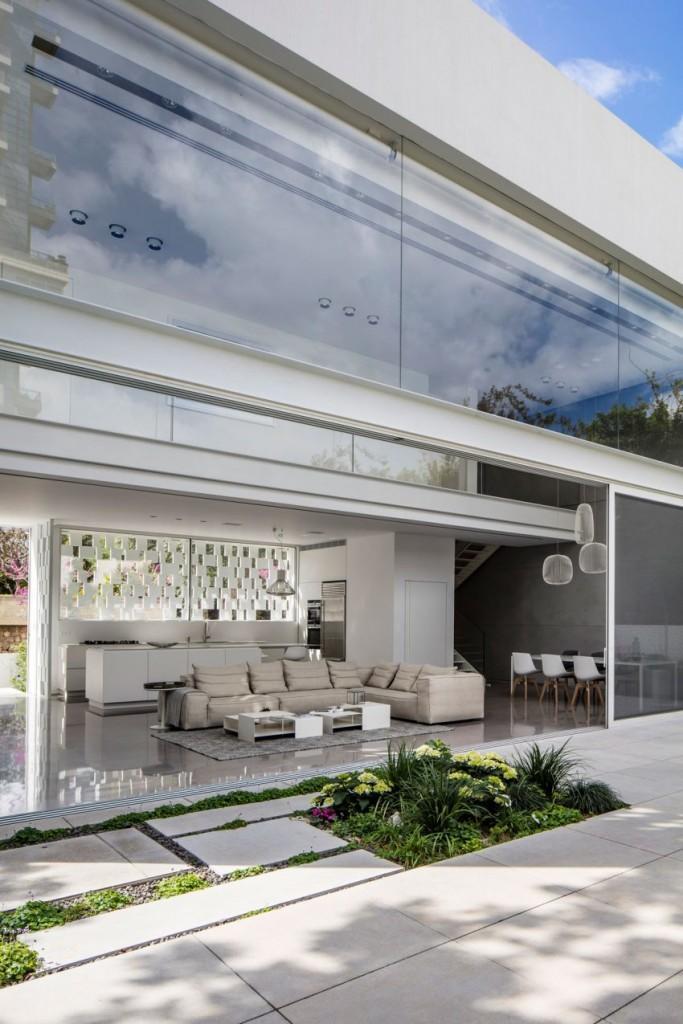 Esta fotografía, muestra la fachada trasera que mira al jardín, de esta propiedad.