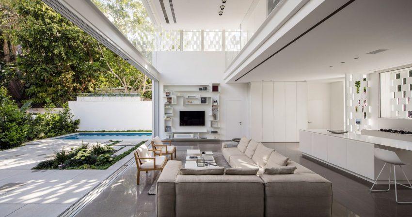 Grises para el suelo y el sofá y blanco para las geométricas estanterías.