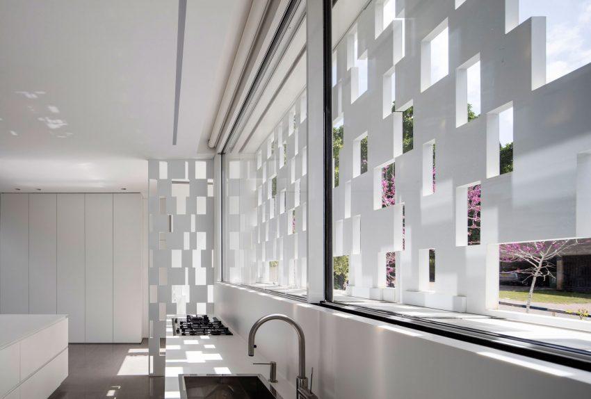 Grandes ventanas aportan luz natural a la moderna cocina.