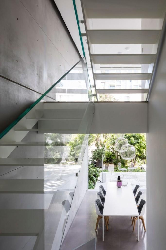 Cristal, y acero son los materiales de la moderna escalera.