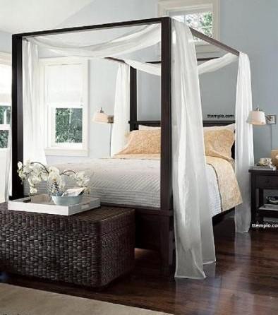 Elegante cama con dosel, de madera de teca de estilo más contemporáneo.