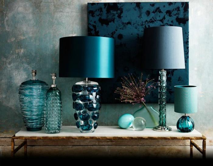 Una serie de objetos decorativos, con el tono petróleo como base.