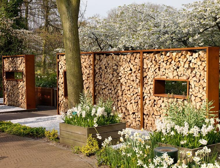 Grandes gaviones de troncos como separadores de ambientes para el jardín.