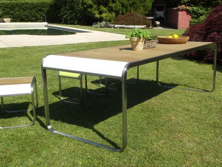 Un moderno conjunto formado por taburetes bajos y una mesa.