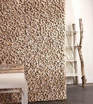 Revestimiento de pared realizado con finos troncos.