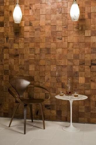 Revestimientos geométricos de madera, realizado con tacos cuadrados.