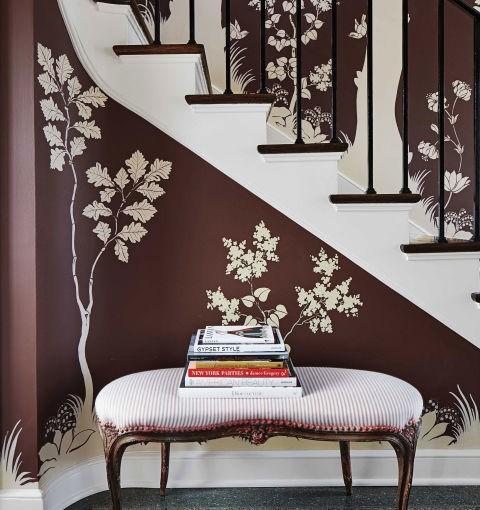 Un estilo caprichoso decora las paredes de este recibidor.