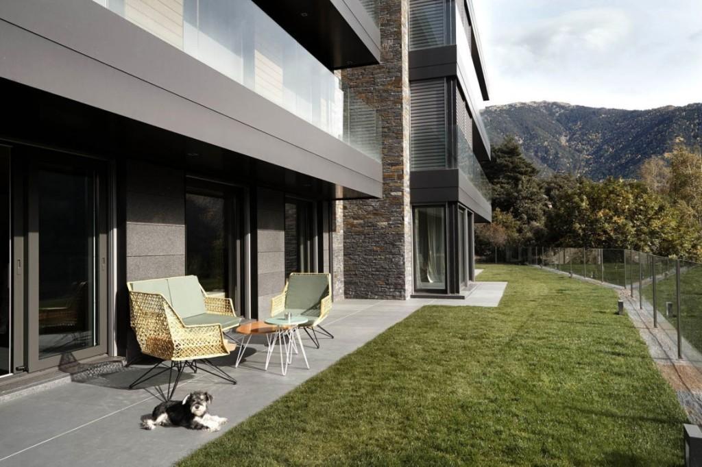 Imagen del exterior de esta moderna casa, con inmejorables vistas.