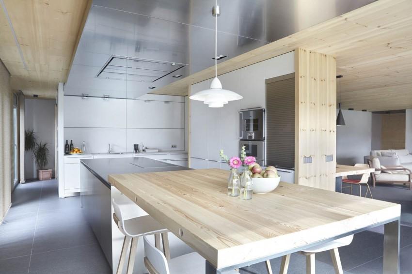 Una parte del techo de esta cocina, es de acero inoxidable.