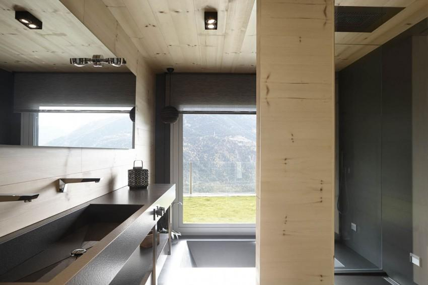 Un cuarto de baño que recibe luz natural, a través de una gran ventana.
