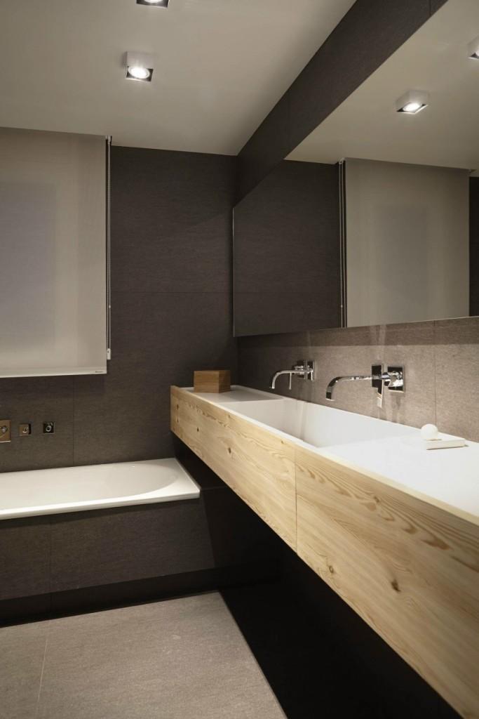 Gris oscuro , blanco y madera natural en otro de los baños.