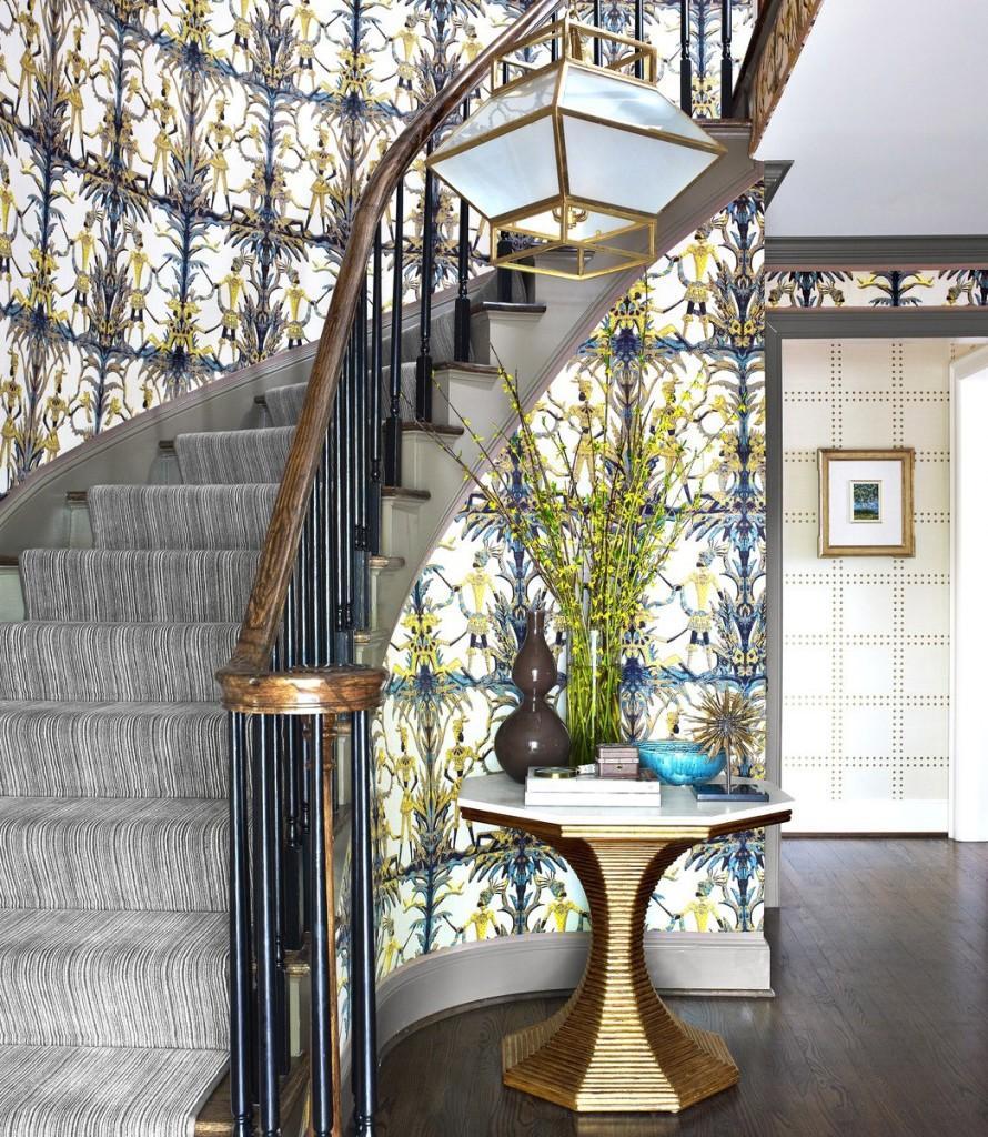 Un recibidor y una escalera con mucho carácter.