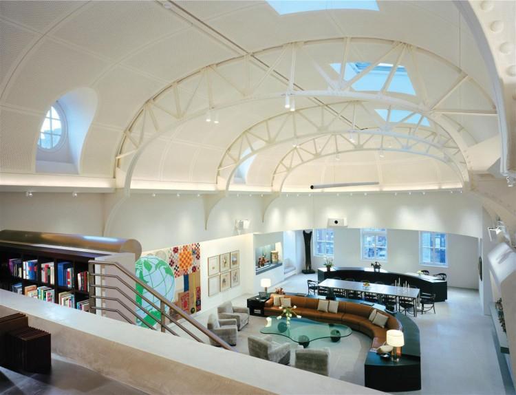 Imagen desde la planta superior, del espacio multifuncional de la planta baja.