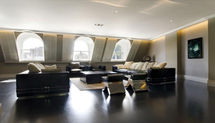 Zona del salón, compuesta por un conjunto de sofás de piel.