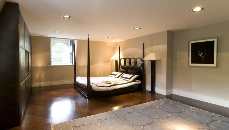 Otro de los amplios dormitorio, con una pared acolchada.