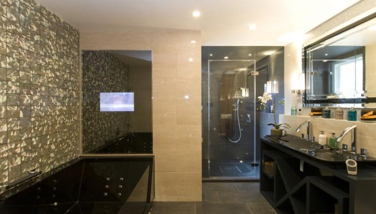 Un lujoso cuarto de baño, dentro del uno de los dormitorios de este impresionante ático.