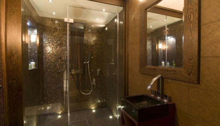 Gama cálida, para la decoración de este moderno cuarto de baño.