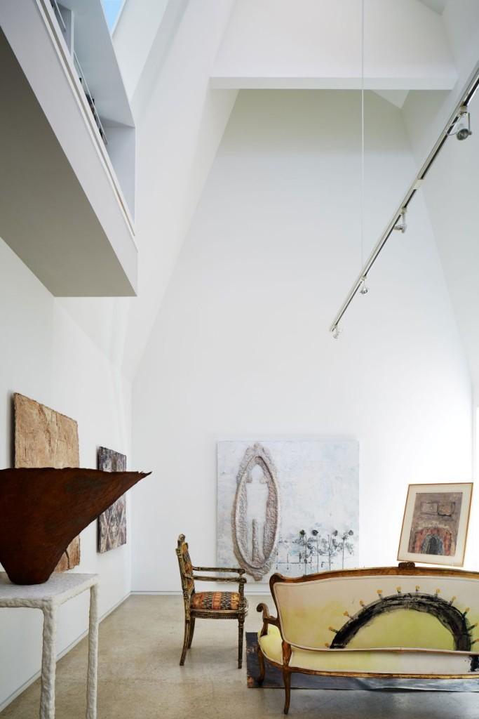 lamar-residence-08-850x1275El salón de esta casa, convertido en un moderno espacio expositivo.
