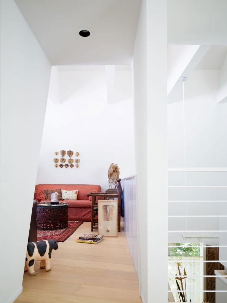 Otra zona de descanso, con antigüedades y obras de arte decorando la estancia.