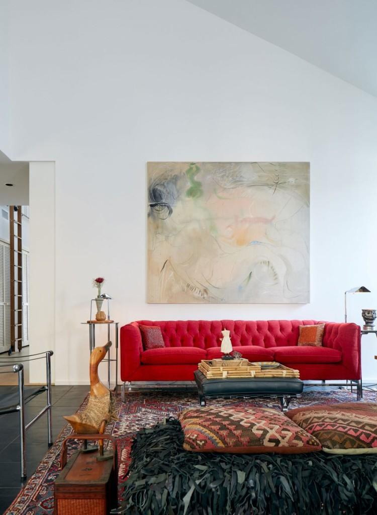 Espacios blancos, que se llenan de color con las obras de arte y el mobiliario.