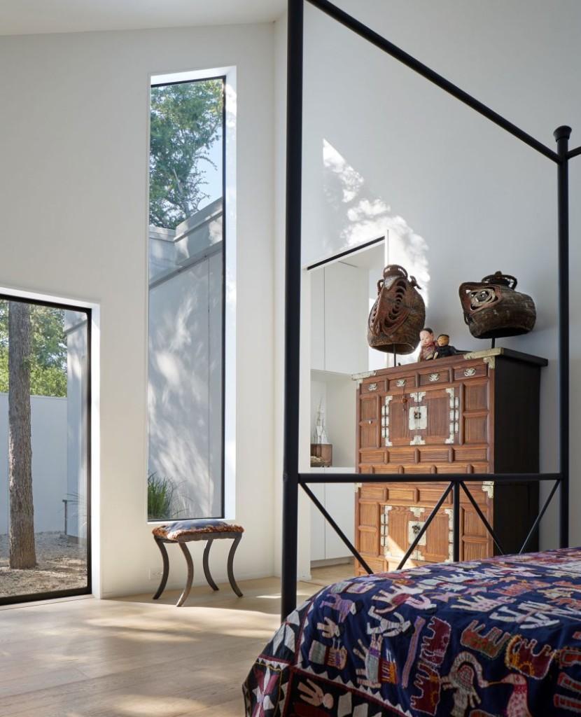 Un dormitorio principal,  decorado con piezas artística como no podía ser menos.