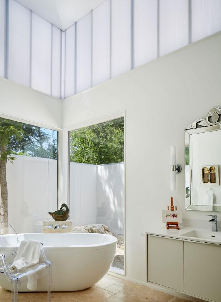 El color blanco reina tanto en el cuarto de baño, como en el resto de la propiedad.