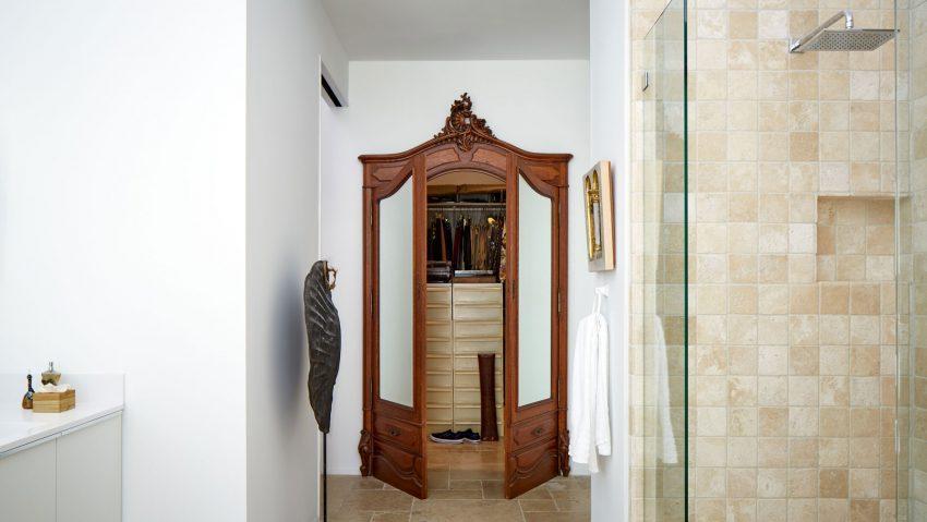 Las puertas de un armario antiguo, nos dan acceso a un moderno vestidor.