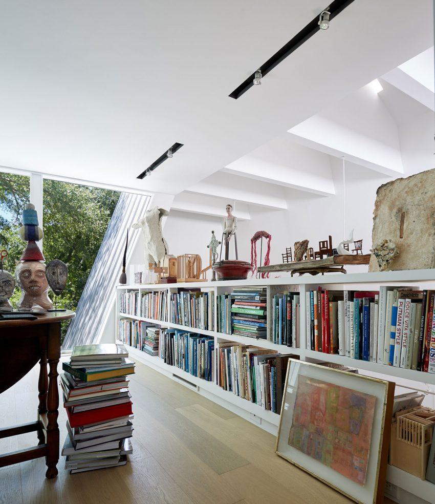 Una amplia y luminosa biblioteca, con una agradable zona de lectura.