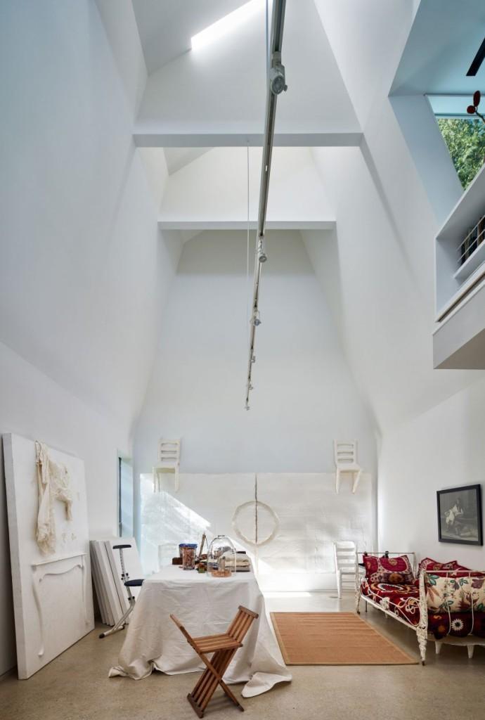 Estudio de arte, otra de las interesantes estancias de esta moderna casa.