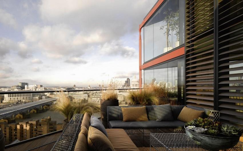 De estilo industrial, el mobiliario de exterior de esta amplia terraza.