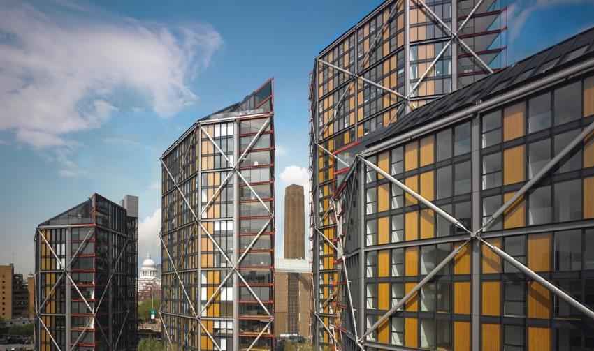Tonos negros, grises y amarillos para estos edificios con un exoesqueleto de metal.