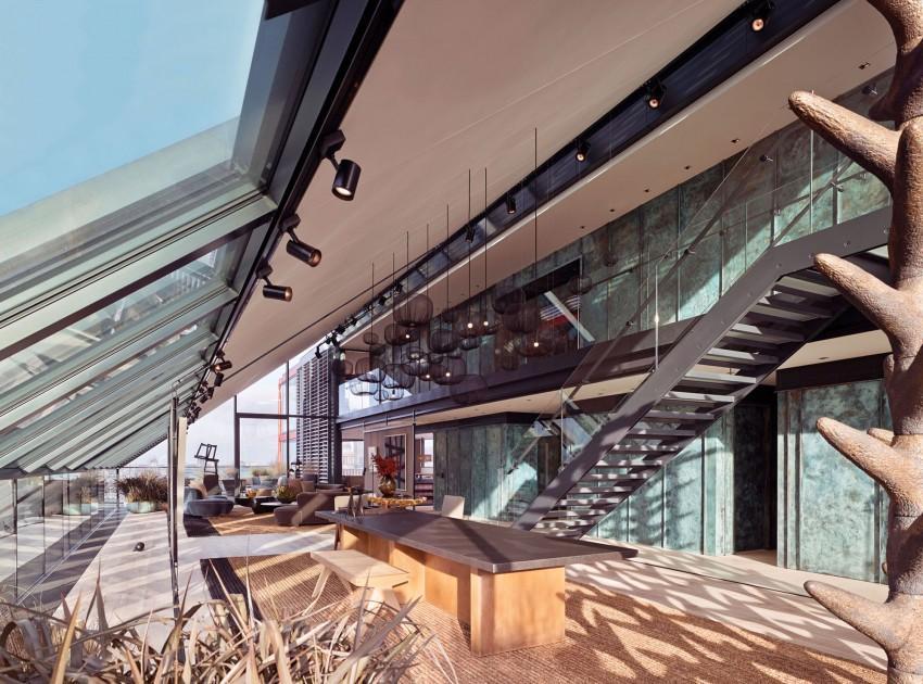 Un impresionante salón abierto, con un techo inclinado a doble altura.