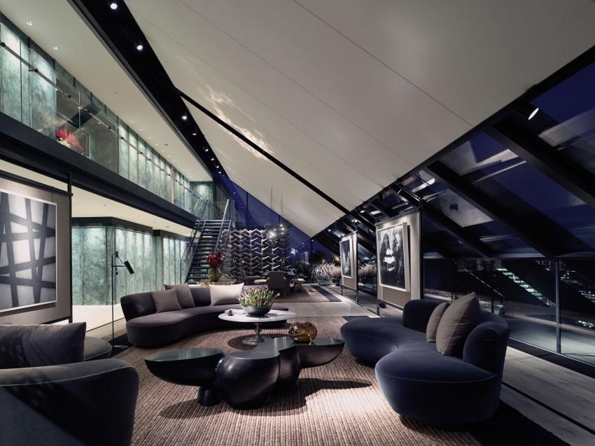 La zona de descanso del gran salón, cuenta con originales diseños de sofás.