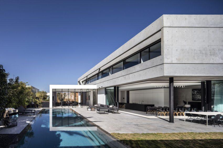 Una imagen de parte posterior de la casa, con la piscina como protagonista.