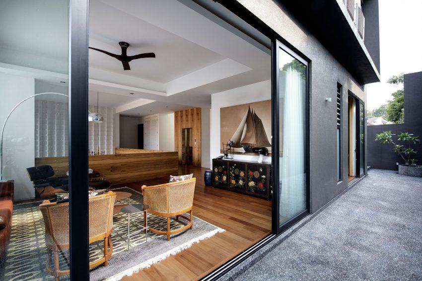 Mobiliario chino antiguo contrastado en un espacio decorativo contemporáneo.