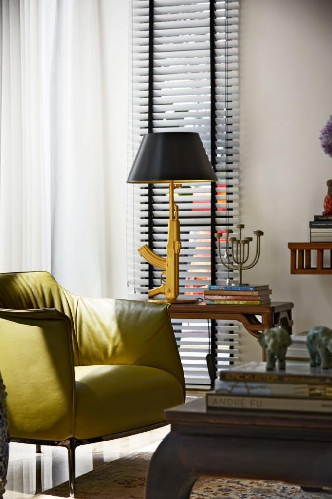 Fuerte contraste entre los objetos decorativos de esta estancia.