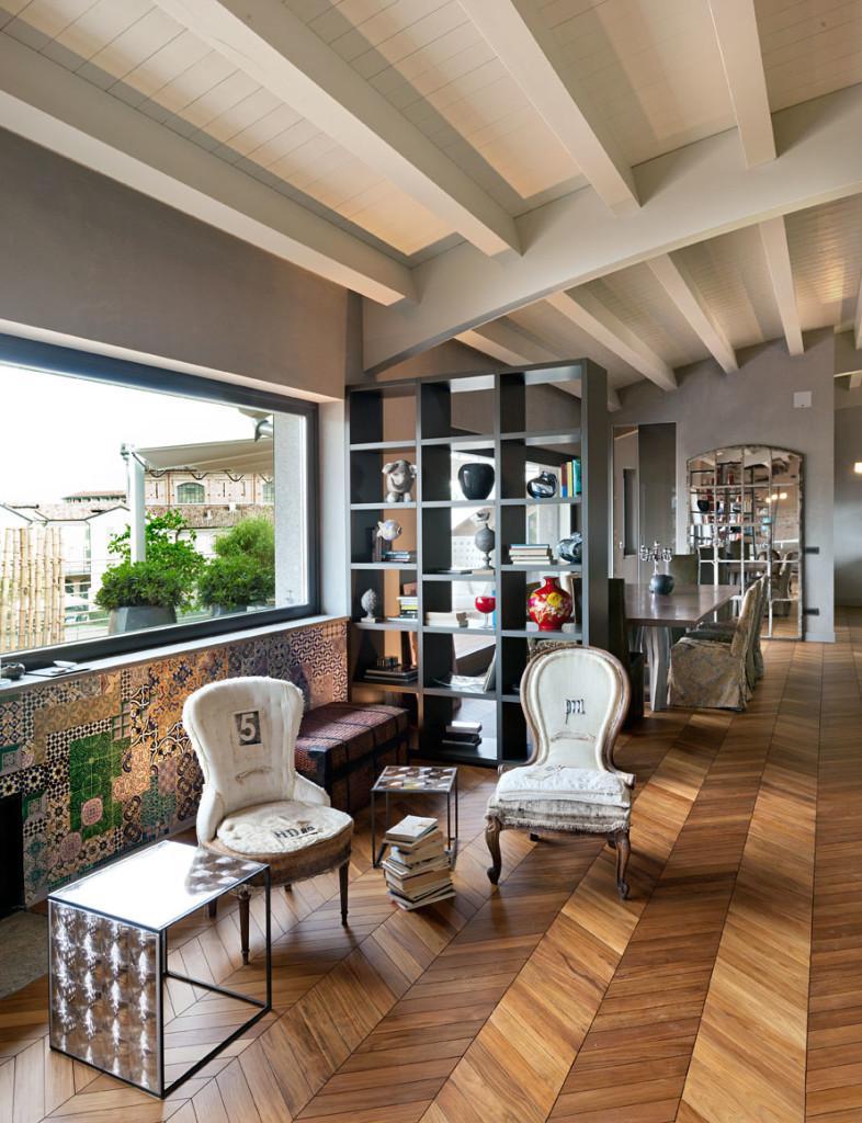 Una original mezcla de mobiliario clásico y moderno junto al comedor.