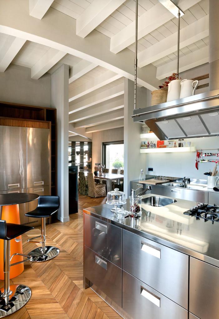 Acero inoxidable y madera, para amueblar esta moderna cocina.
