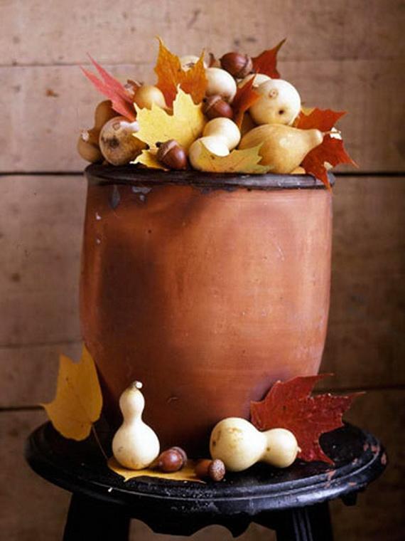 Piezas de cerámica con frutos secos y de temporada combinado con hojas secas.