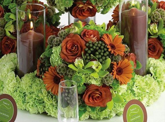 Una mesa vestida en tonos verdes y marrones.