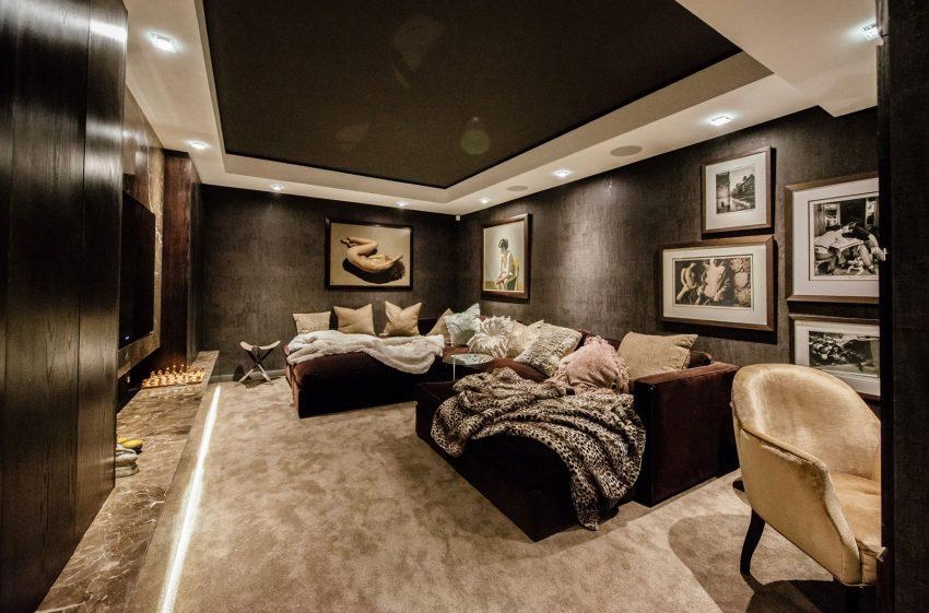 Tonos acogedores y relajantes en esta sala de estar.