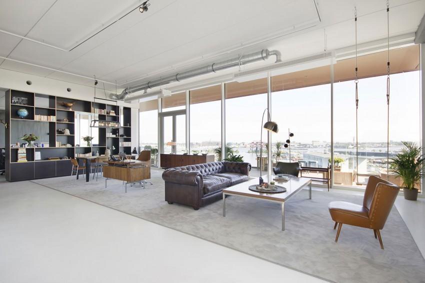 Mobiliario de diferentes estilos, decoran una de las zonas comunes de esta oficina.