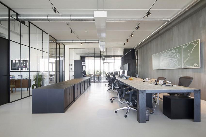 La zonas de trabajo cuentan con grandes cerramientos de metal y cristal.