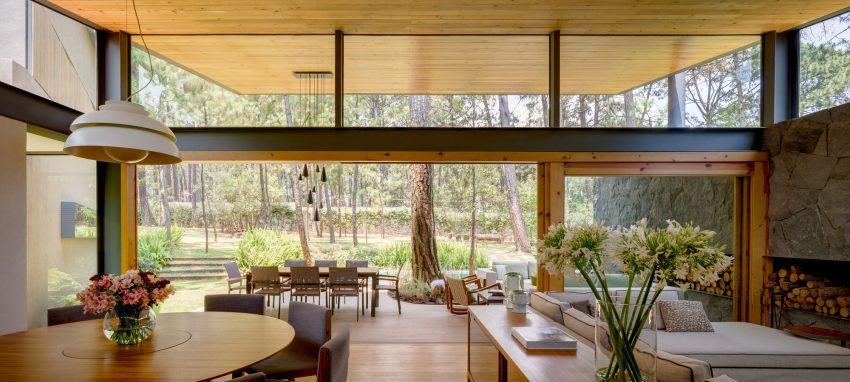 Un frontal acristalado, integra la vivienda en el paisaje exterior.