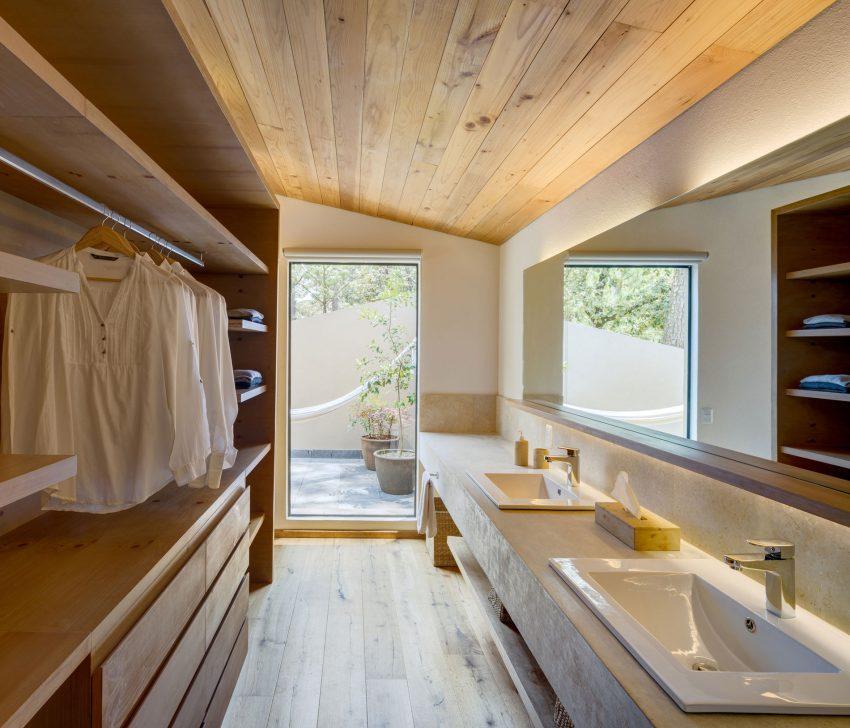 Tonos naturales y neutros en el diseño de los cuartos de baño.